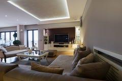 Interior de una sala de estar espaciosa de lujo Fotografía de archivo libre de regalías