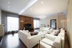 Interior de una sala de estar espaciosa moderna Foto de archivo