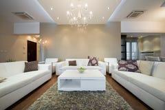 Interior de una sala de estar espaciosa moderna Fotos de archivo