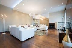 Interior de una sala de estar espaciosa moderna con la chimenea Imagen de archivo libre de regalías