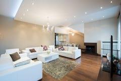 Interior de una sala de estar espaciosa moderna con la chimenea Foto de archivo