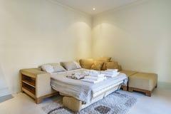 Interior de una sala de estar acogedora Fotos de archivo libres de regalías