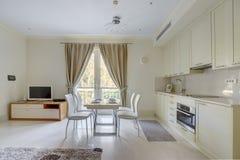 Interior de una sala de estar en colores ligeros Fotografía de archivo libre de regalías
