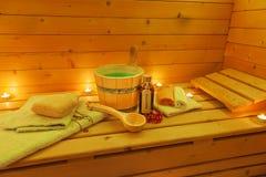 Interior de una sauna finlandesa y de accesorios de la sauna Fotografía de archivo