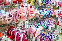 Interior de una tienda al por menor del zapato de la moda imágenes de archivo libres de regalías