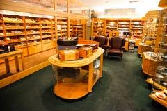 Interior de una tienda de lujo del cigarro imagenes de archivo