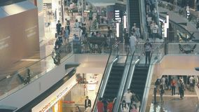 Interior de una tienda moderna con las escaleras móviles Imagen de archivo