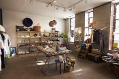 Interior de una tienda que vende la ropa y los accesorios Fotografía de archivo libre de regalías
