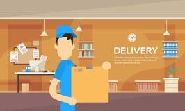 Interior de Warehouse del servicio de los posts del paquete de la entrega de Man Hold Box del mensajero Imagenes de archivo