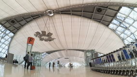 Interior del aeropuerto de Suvarnabhumi diseñado por Helmut Jahn almacen de video