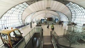 Interior del aeropuerto de Suvarnabhumi diseñado por Helmut Jahn metrajes