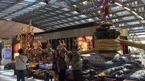 Interior del aeropuerto de Suvarnabhumi en Bangkok metrajes