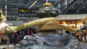 Interior del aeropuerto de Suvarnabhumi en Bangkok almacen de metraje de vídeo