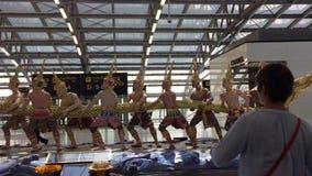 Interior del aeropuerto de Suvarnabhumi en Bangkok almacen de video