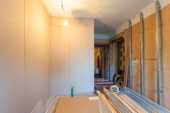 Interior del apartamento de la mejora con los materiales durante en el remodelado, renovación, extensión, restauración imágenes de archivo libres de regalías