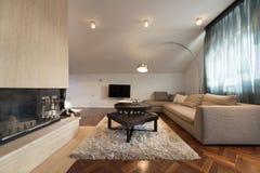 Interior del apartamento del desván - sala de estar con la chimenea Fotografía de archivo libre de regalías