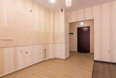 Interior del apartamento-estudio, visión desde el sitio a la puerta principal y cocina sin muebles Imagenes de archivo
