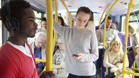 Interior del autobús con los pasajeros almacen de metraje de vídeo