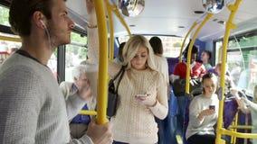 Interior del autobús con los pasajeros almacen de video