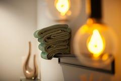 Interior del baño con las toallas y la lámpara imagen de archivo