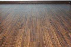 Interior del barniz del piso de la lamina de madera de Brown en hogar moderno imagen de archivo libre de regalías