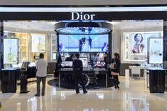 Interior del boutique de los cosméticos de Dior Foto de archivo