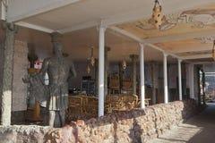 Interior del café de Kerkinitida por el mar en la ciudad de vacaciones o imagen de archivo libre de regalías
