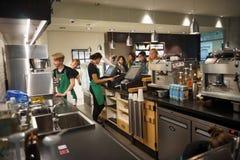 Interior del café de Starbucks Foto de archivo