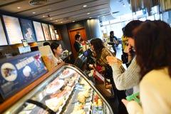 Interior del café de Starbucks Imagen de archivo libre de regalías