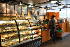 Interior del café de Starbucks Imagenes de archivo