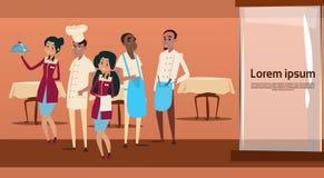 Interior del café del grupo de raza de la mezcla de And Waiters Service del cocinero de la materia del restaurante Imagen de archivo