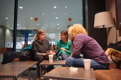 Interior del café de Starbucks Imagen de archivo