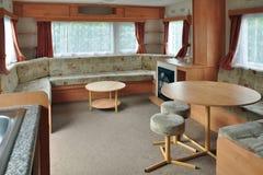 Interior del carro de la caravana, sala de estar principal. Foto de archivo libre de regalías