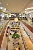 Interior del centro comercial moderno Foto de archivo