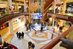 Interior del centro comercial moderno Foto de archivo libre de regalías