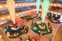 Interior del centro comercial moderno Fotos de archivo
