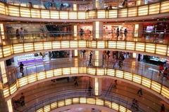 Interior del centro comercial moderno Fotografía de archivo