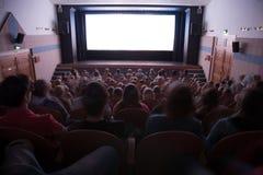 Interior del cine con la gente imagenes de archivo