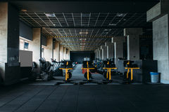 Interior del club de fitness Gimnasio nadie Foto de archivo libre de regalías