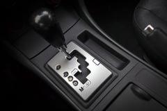 Interior del coche con el engranaje de transmisión automática imagenes de archivo