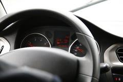 Interior del coche con un conductor, un tablero de instrumentos del coche y controles fotografía de archivo