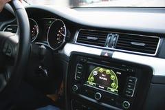 Interior del coche con una exhibición grande Imagenes de archivo