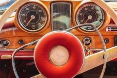 Interior del coche de un coche 1966 del cupé del SE de Mercedes-Benz 220 Fotografía de archivo