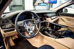 Interior del coche desmontado para la reparación general imagenes de archivo
