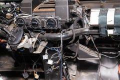 Interior del coche en la parte posterior de una furgoneta con un tablero de instrumentos desmontado y opinión sobre el engranaje  imagen de archivo libre de regalías