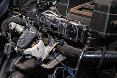 Interior del coche en la parte posterior de una furgoneta con un tablero de instrumentos desmontado y opini?n sobre el engranaje  imágenes de archivo libres de regalías