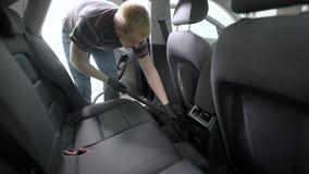 Interior del coche del hombre que limpia con la aspiradora metrajes