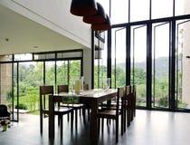 Interior del comedor con la tabla y las sillas de madera imagen de archivo