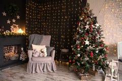 Interior del cuarto con un árbol de navidad y una chimenea Fotos de archivo libres de regalías