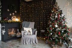 Interior del cuarto con un árbol de navidad y una chimenea Fotos de archivo